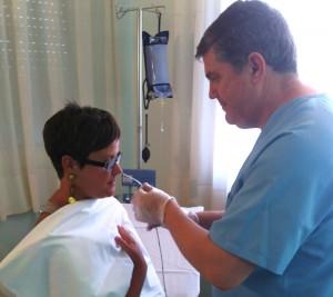 El sondaje se realiza con el catéter impregnado en lubricante anestésico y con en el paciente sentando. Posteriormente el estudio se realiza en la posición de tumbado.