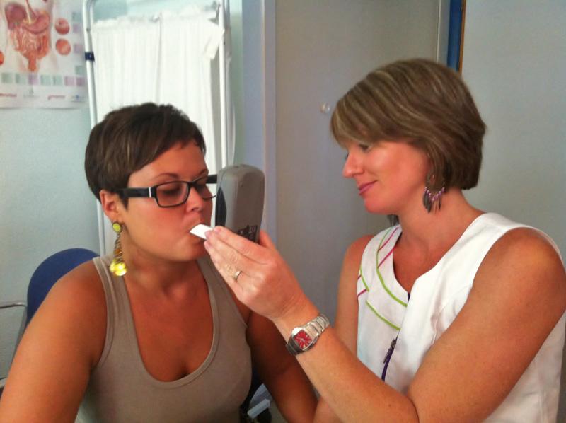La recogida de muestra es muy sencilla, ya que el paciente solo tiene que soplar en la boquilla desechable que se acopla al aparato.